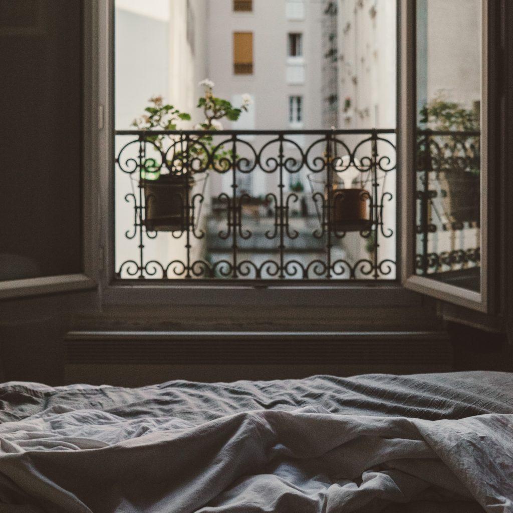 Soll man bei offenem Fenster schlafen? - Creativa Schlafcenter AG